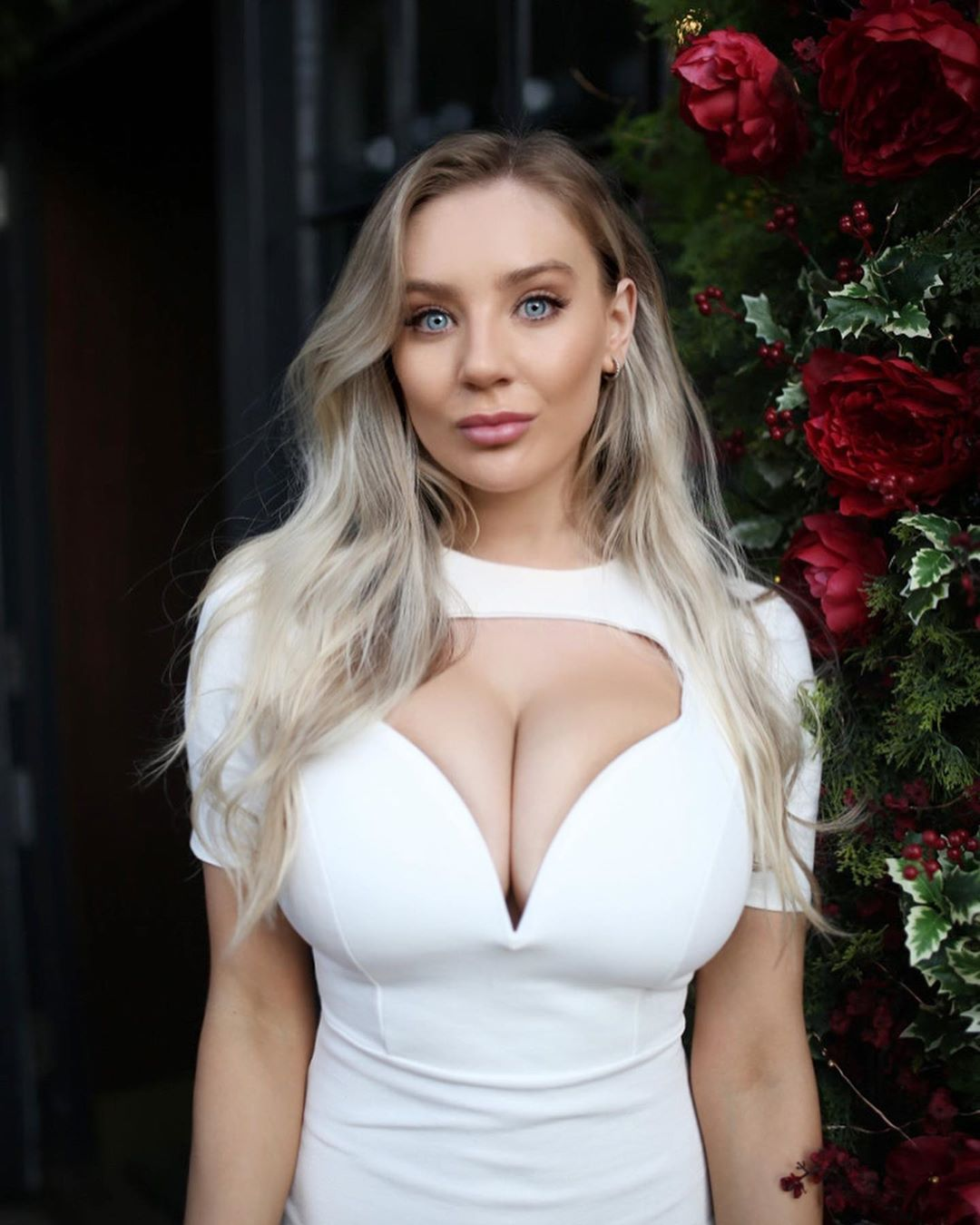 Amazing! Busty Nude Model is Showing Off Her Eye-Catching Cleavage
