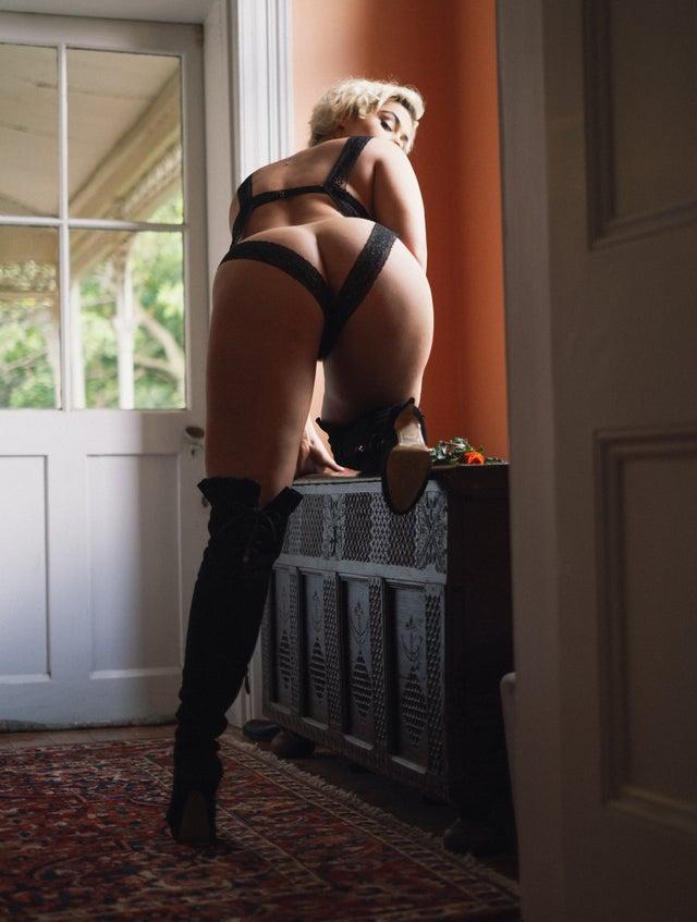 Stefania Ferrario, an Australian plus size model shows her charm to the world
