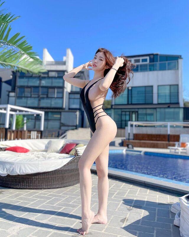Instagram Star Jeon Yebin Show Off Sexy Bikini Post