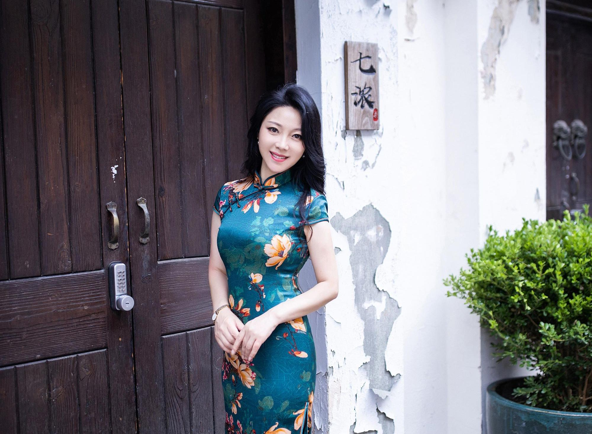 You'll Love how Pretty in Traditional Cheongsam These Chinese Women Look