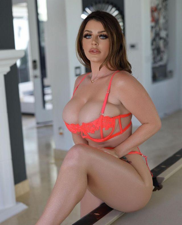 Sophie Dee, Busty Woman From UK